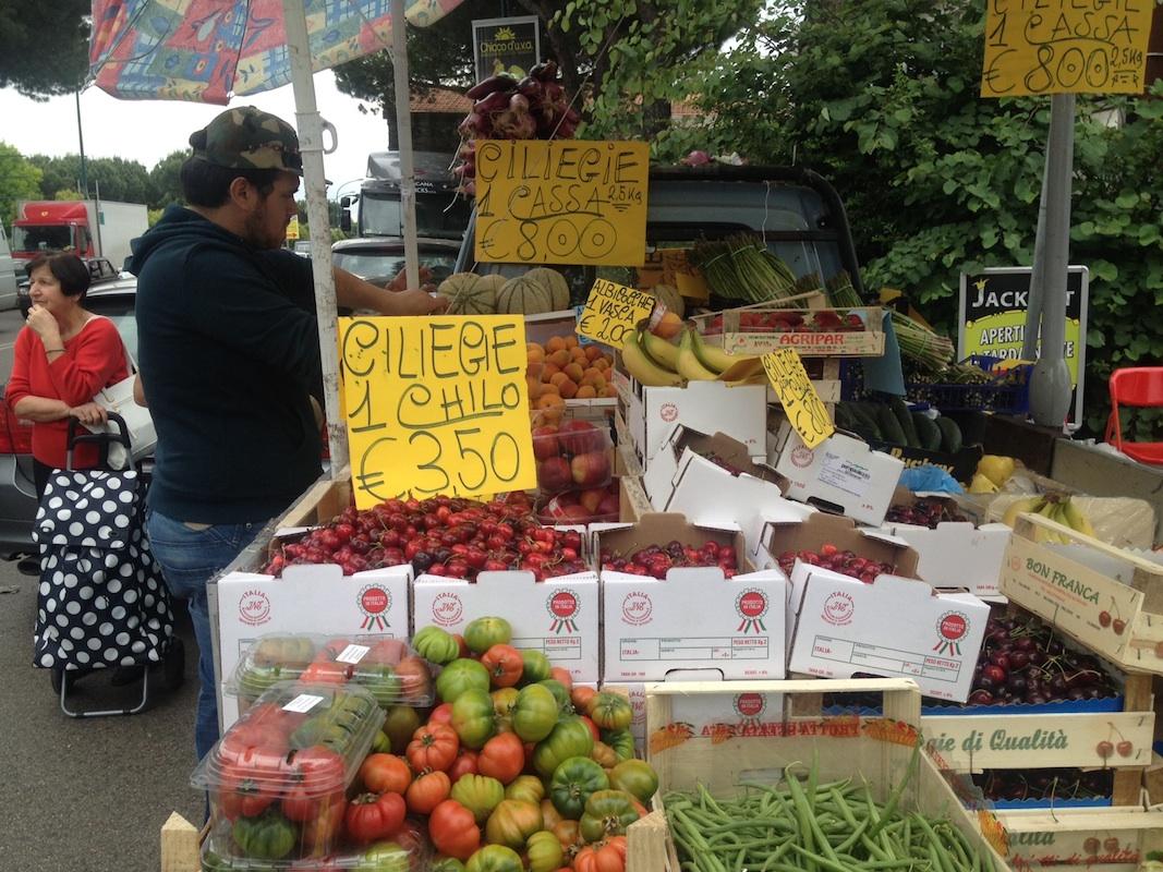 Prato il prezzo delle ciliegie al mercato prima delle for Mercato prato