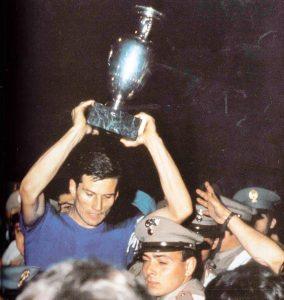 Giacinto Facchetti alza la Coppa - via Wikipedia