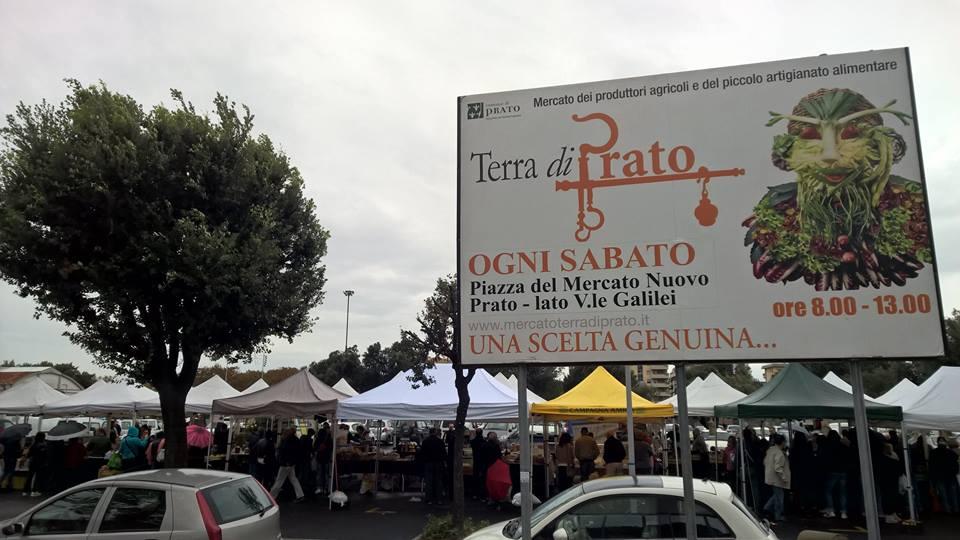 Prato terra di prato in piazza del mercato anche la for Mercato prato